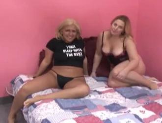 استأجرت شقراء سيدة آسيوية لطيفة مع سيقان طويلة وحلمات صلبة ليمارس الجنس معها.
