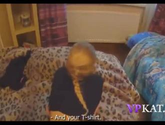 امرأة سمراء صغيرة تلبس شيلا على وشك الحصول على وظيفة تريدها بشدة ، بينما يتم ضخها من الخلف.