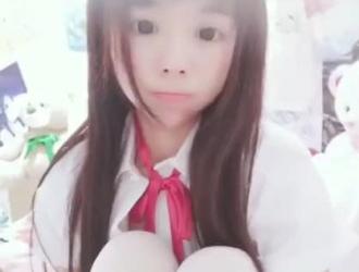يحصل تجريد لطيف الآسيوية في سن المراهقة لاتينا في سن المراهقة ويئن أثناء الحصول على الديك المناسب ضخ في الحمار.