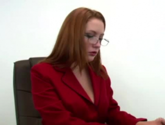 سكرتير أحمر الشعر مفلس مارس الجنس في مكتب العمل.