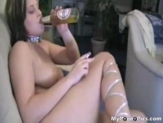 فاتنة الألمانية تمارس الجنس مع جارتها السحاقية في منتصف النهار.
