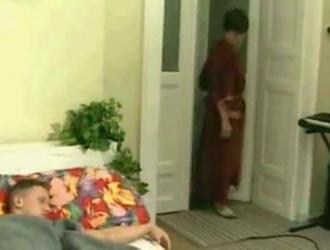 الجدة الشرقية تغذية بوسها.