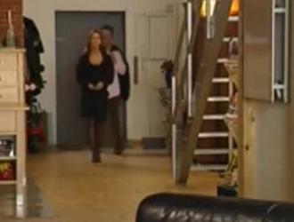 تتعرض سارة كيوت لضغوط مزدوجة على الأريكة ، بينما تقوم بفرك قضيب جارها برفق.