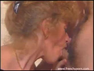 امرأة فرنسية في وضع هزلي بينما يحاول زوجها تصوير فيديو لها.
