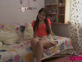 الهواة في سن المراهقة تخلع سراويلها الداخلية لتظهر لها الثدي الجميل لصديقها.