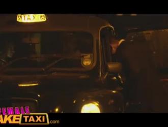 مفلس الآسيوية سائق سيارة أجرة يعطي اللسان قبل مص وركوب.